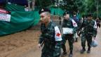 Sanitäter der thailändischen Armee bereiten sich auf die Rettungsaktion vor.