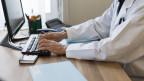 Die Ärzte müssen sich umgewöhnen und die Patientenakten elektronisch führen.
