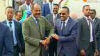 Der äthiopische Premierminister Abiy Ahmed Mitte wird von Erireas Präsident Isaias Afwerki begrüßt.