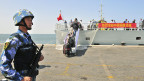 Ein chinesischer Marine-Wachsoldat der Volksbefreiungsarmee (PLA) in einem Hafen in Aden.