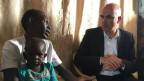 Bundespräsident Alain Berset spricht mit einer gefüchteten Mutter.
