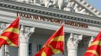 Mazedonische Flaggen vor dem Regierungsgebäude in Skopje, Mazedonien.