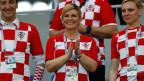 Kolinda Grabar-Kitarovic (Mitte) applaudiert vor dem Achtelfinalspiel zwischen Kroatien und Dänemark bei der Fussball-WM 2018 in Russland.