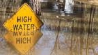 Wegen der Deiche und Dämme schwemmt der Mississippi praktisch all sein Geschiebe ins Meer und nicht mehr in die Marschlandschaft an der Küste. So findet keine natürliche Landbildung mehr statt.