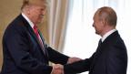 US-Präsident Donald Trump (li) und Russlands Präsident Wladimir Putin geben sich die Hand.