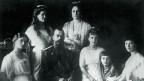 Die Zarenfamilie: Nikolaj II., seine Frau Aleksandra, die vier Töchter und Sohn Aleksej.