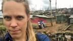Die SRF-Afrika-Korrespondentin Anna Lemmenmeier vor dem Slum Kibera.