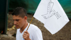 Ein Farc-Rebell mit einer Friedensflagge in Mesetas, Kolumbien, am 27. Juni 2017.