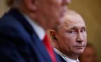 Russland Präsident Putin beobachtet US-Präsident Trump während der gemeinsamen Pressekonferenz in Helsinki.