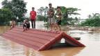 Dorfbewohner sind auf einem Dach eines Hauses gestrandet, nachdem der Xe Pian Xe Nam Noy Damm in einem Dorf Laos am 24. Juli 2018 zusammengebrochen ist.