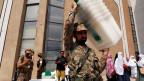 Ein Armeesoldat trägt Wahlurnen in Peschawar, Pakistan.