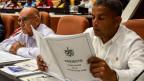 Ein Mitglied der Nationalversammlung studiert die vorgeschlagene Aktualisierung der Verfassung in Havanna, Kuba, am 21. Juli 2018.