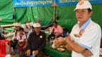 Anhänger der Regierungspartei in einem Kampagnenzelt.