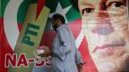 Wahlplakat mit Imran Khan, ehemaliger Cricket-Spieler, auf einem Markt in Islamabad, Pakistan.