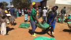 Simbabwe: Menschen stehen in Schlange, um die Stimme abzugeben.