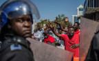 Polizisten und Oppositionsanhänger stehen sich in den Strassen Harares gegenüber.