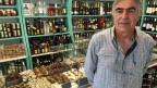 Pistazienhändler Panagiotis zeigt Produkte, die er aus Pistazien herstellen lässt. Ägina ist berühmt für seine Pistazien.