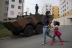 Armeepanzer in einem Wohnvierteil bei Rio de Janeiro