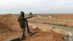 Ein syrischer Armeesoldat neben einer militärischen Waffe in Idlib.