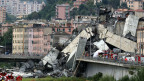 Trümmer der eingestürzten Brücke in Genua in Italien.