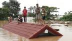 Nach dem Dammbruch suchten viele Menschen Schutz auf Hausdächern.