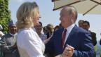 Österreichs Aussenministerin Karin Kneissl tanzt an ihrer Hochzeit mit dem russischen Präsidenten Putin.