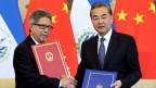 Chinas Aussenminister Wang Yi (rechts) und El Salvadors Aussenminister Carlos Castaneda in Peking am 21. August 2018.