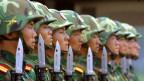 Chinesische Soldaten paradieren auf diesem Archivbild vom 10. Juli 2002 in einem Camp der Brigade 196 der Volksbefreiungsarmee bei Tianjin, 70 Kilometer südöstlich von Beijing.