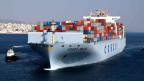 Ein Containerschiff der Chinesischen Cosco Pacific Ltd. aerlässt den griechischen Hafen von Piräus.