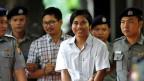 Die beiden Reuters-Journalisten Kyaw Soe Oo (re) und Wa Lone vor der Gerichtsverhandlung in Yangon, Myanmar.