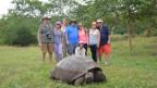 Zu sehen ist die Journalistin Sandra Weiss (Dritte von links) auf Galapagos.