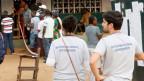 Ein Beobachter und eine Beobachterin während der Präsidentschaftswahl in Monrovia, Liberia. in der Regel ist nicht auf den ersten Blick zu erkennen, wer seriös und wer unseriöser ist.