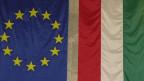 Die Fahne der EU (links) und diejenige von Ungarn.
