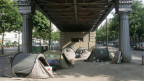 Symbolbild. Obdachlose unter eine französischen Brücke.