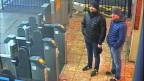 Alexander Petrow und Ruslan Bashirow vor einer Metrostation in England.