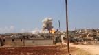 Flammen und Rauch in einer Stadt nahe Idlib in Syrien.