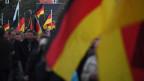 Demonstranten mit Deutschland Flaggen in Chemnitz.