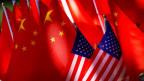 Amerikanische und chinesische Flaggen in China.
