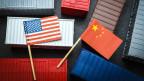 Symbolbild. Die Fahne der USA und diejenige von China.