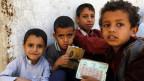 Jemenitische Kinder stehen an, um Essen abzuholen.