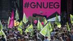 Gegen 20'000 Personen demonstrieren vor dem Bundeshaus für Lohngerechtigkeit.