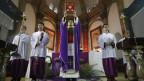 Ein Priester der «offiziellen» katholischen Kirche in China feiert eine Messe.
