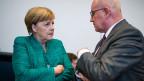 Angela Merkel (l), Bundeskanzlerin und Vorsitzende der Christlich Demokratischen Union (CDU), und Volker Kauder, wurde nicht als Vorsitzender der CDU/CSU-Bundestagsfraktion wiedergewählt.