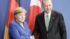 Bundeskanzlerin Angela Merkel und der türkische Präsident Recep Tayyip Erdogan geben sich nach einer Pressekonferenz in Berlin am 28. September 2018 die Hand. Erdogan ist vom 27. bis 29. September auf offiziellem Staatsbesuch in Berlin und Köln.