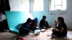 Das Flüchtlingslager Djacki Dom in Biha?: eine Bauruine aus Beton und Ziegelsteinen, kein elektrisches Licht, keine Fenster, keine Türen, keine Heizung.