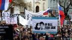 Tausende protestieren nach der Ermordung des slowakischen Reporters Jan Kuciak und seiner Verlobten Martina Kusnirova in Bratislava, Slowakei, am 16. März 2018.