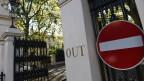 Eingang zur russischen Botschaft in London. Die Ermittlungs-Website Bellingcat hat den zweiten Verdächtigen identifiziert, der für die Vergiftung der Skripals verantwortlich ist.