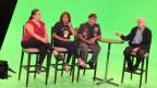 Jeanette, Victor und Martha sitzen auf ihren Stühlen in der Talk-Runde in der hellgrün leuchtenden Green-Box, wie man sie für Fernsehproduktionen verwendet.