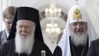 Das Bild zeigt das Oberhaupt der orthodoxen Kirche, Bartolomaios, neben dem russischen Patriarchen Kiril bei einem Treffen 2010 in Moskau.