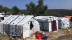 Tausende Migranten leben ausserhalb des Camps in Zelten, sind Wind und Wetter ausgesetzt und haben keinen Schutz.